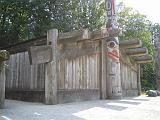 2004-07-15.anthropology_museum.house.totem_pole.1.vancouver.ca.jpg